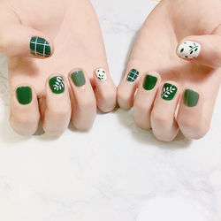 方圆形绿色白色手绘树叶短指甲初夏最新款树叶元素美甲短指甲专题短圆指甲款美甲图片