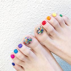 脚部紫色红色橙色黄色绿色蓝色亮片跳色夏天美甲图片