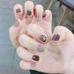圆形裸色金箔跳色短指甲短圆指甲款短指甲专题美甲图片