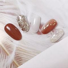 圆形白色焦糖色贝壳片金箔美甲图片