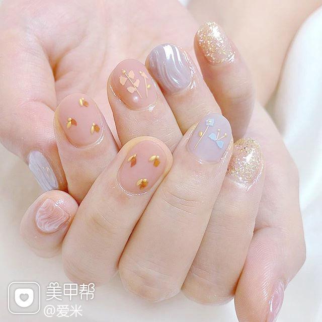 圆形裸色银色贝壳片水波纹短指甲美甲图片