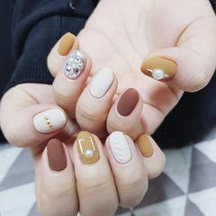 圆形黄色白色钻毛衣纹磨砂美甲图片