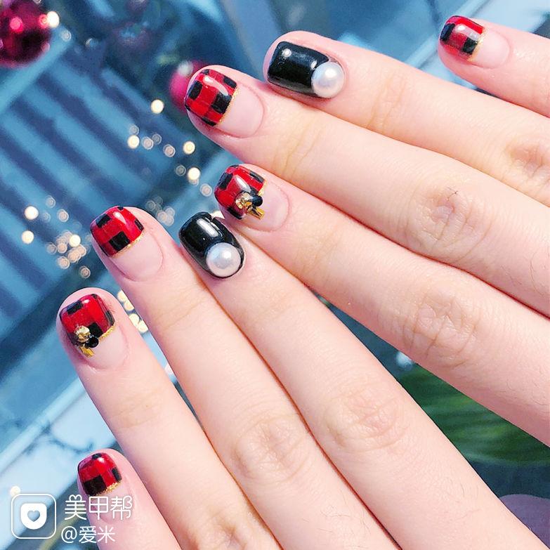 方圆形红色黑色格纹珍珠平法式美甲图片