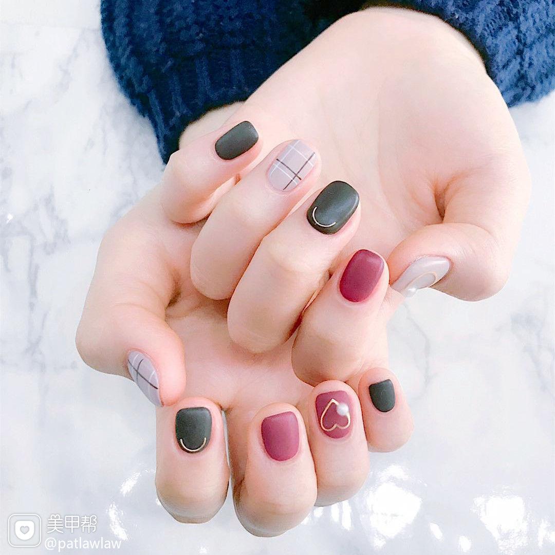 红色格纹简约韩式方圆形黑色磨砂美甲图片