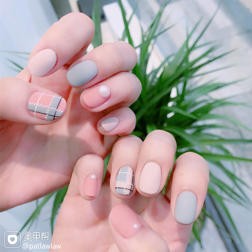 粉色蓝色格纹韩式方圆形简约磨砂学生美甲图片