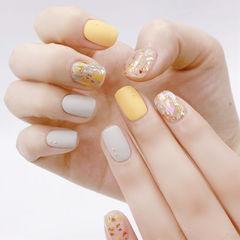 方圆形白色黄色贝壳片金箔磨砂跳色美甲图片