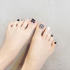 脚部黑色白色手绘心形法式条纹眼睛美甲图片