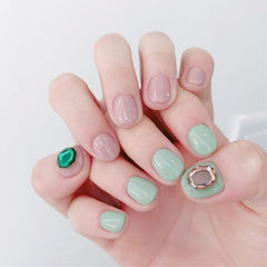 圆形裸色绿色钻短指甲美甲图片