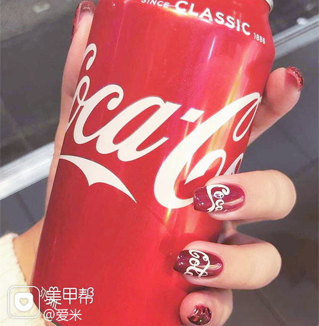 方圆形红色白色手绘夏天可乐美甲图片
