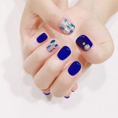 圆形蓝色钻贝壳片显白美甲图片