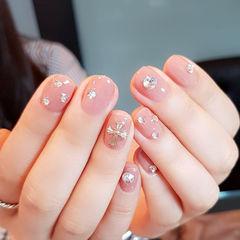 圆形粉色钻简约克罗心短指甲美甲图片