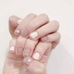 方圆形裸色白色珍珠磨砂线条短指甲美甲图片
