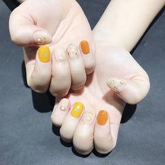 圆形黄色橙色裸色贝壳片金箔跳色短指甲美甲图片