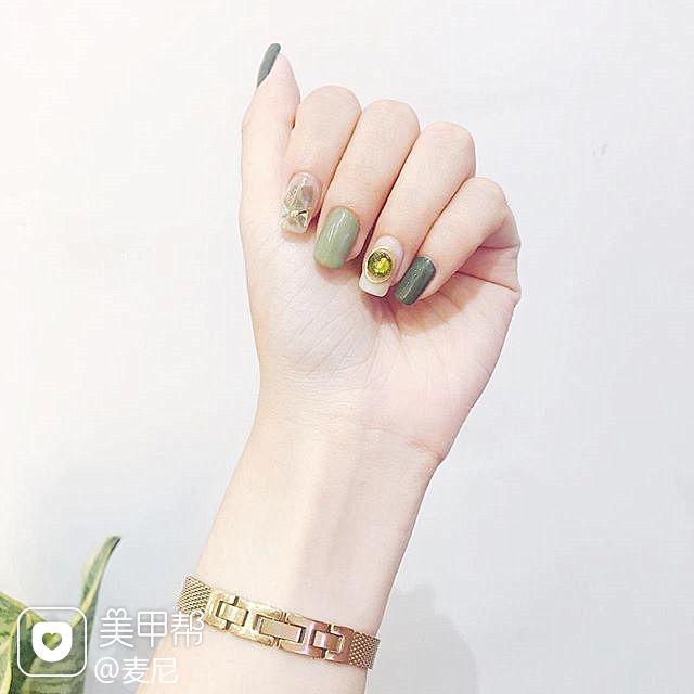 方圆形绿色白色钻跳色美甲图片