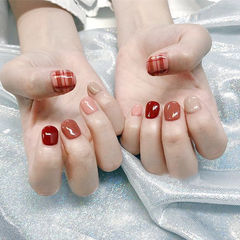 圆形红色粉色焦糖色跳色短指甲格纹美甲图片