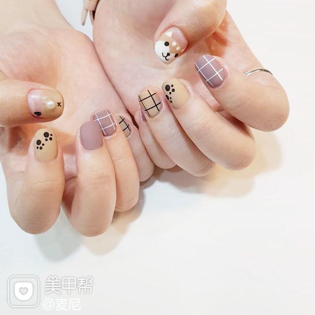 方圆形裸色手绘可爱小狗格子磨砂短指甲美甲图片