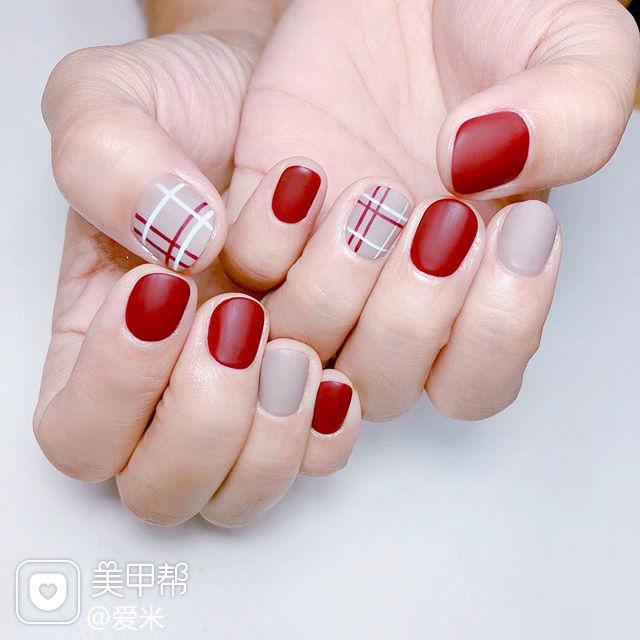 圆形红色裸色线条磨砂短指甲美甲图片