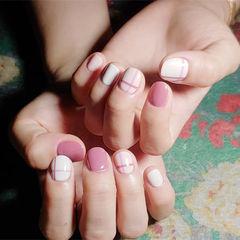 方圆形粉色白色线条短指甲美甲图片