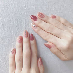圆形红色裸色简约上班族新娘美甲图片