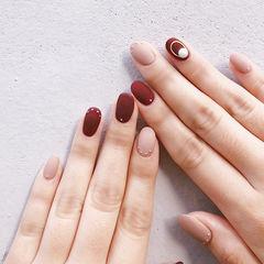 圆形酒红色裸色珍珠磨砂美甲图片