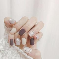 方圆形裸色珍珠线条磨砂格纹美甲图片