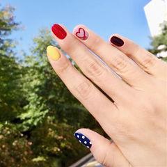 圆形红色蓝色黄色黑色心形波点跳色美甲图片