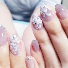 圆形裸色白色手绘日式花朵美甲图片