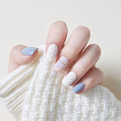 方圆形蓝色白色毛衣纹美甲图片
