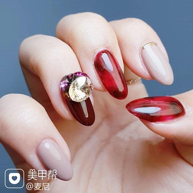 圆形红色裸色钻美甲图片