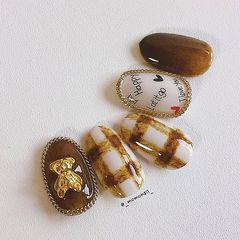 圆形咖啡色白色手绘格纹金属饰品美甲图片