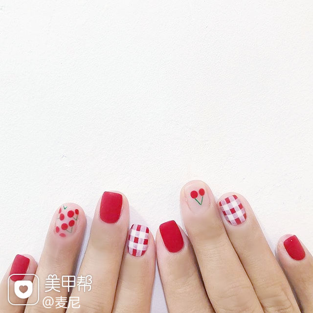 方圆形红色白色手绘樱桃格纹磨砂美甲图片