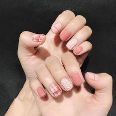 方圆形粉色白色格纹毛衣纹美甲图片