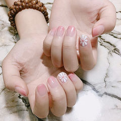 方圆形粉色手绘雏菊简约上班族美甲图片