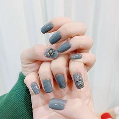 方圆形灰色克罗心韩式美甲图片