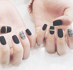 方圆形黑色灰色线条磨砂美甲图片