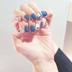方圆形蓝色白色线条心形磨砂美甲图片