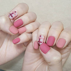 圆形玫红色粉色线条磨砂美甲图片