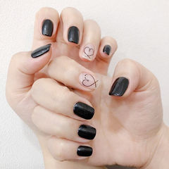 方圆形黑色裸色手绘心形简约美甲图片
