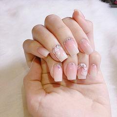 方圆形白色粉色雕花钻新娘美甲图片