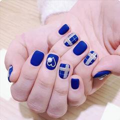 方圆形蓝色格纹磨砂心形美甲图片