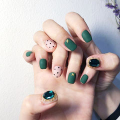 方圆形绿色波点钻磨砂美甲图片