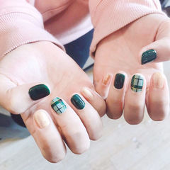 圆形绿色金色格纹短指甲美甲图片