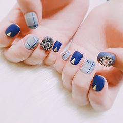 方圆形蓝色线条钻磨砂美甲图片