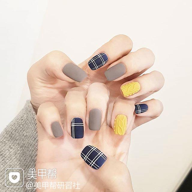 方圆形蓝色灰色黄色线条毛衣纹跳色磨砂美甲图片