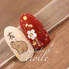 圆形红色白色棕色手绘小猪亮片新年美甲图片
