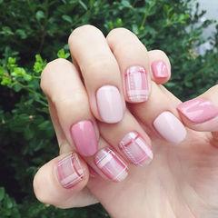 方圆形粉色格纹美甲图片