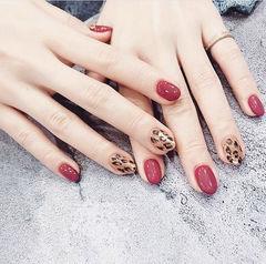 圆形红色棕色豹纹美甲图片