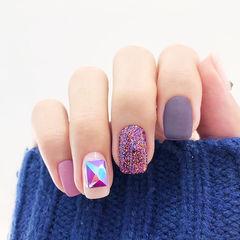 方圆形紫色裸色钻磨砂美甲图片