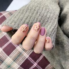 圆形紫色棕色手绘豹纹美甲图片