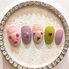 圆形粉色紫色绿色手绘小猪新年美甲图片